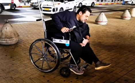 """גד אלבז בבית החולים - גד אלבז על כסא גלגלים: """"זו השגחה פרטית"""""""