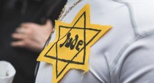 יהודי עונד טלאי צהוב בעצרת באיטליה