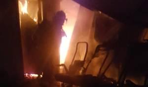 כבאי מול האש הבוערת בישיבה