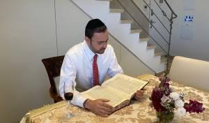 """צפו: גם אוריאל בוסו לומד לסיום הש""""ס כולו"""