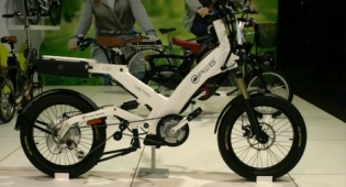 רוכב אופניים חשמליים נקנס על דיבור בסלולרי