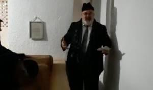 הזמר שמעון סיבוני שר ליד קברו של הצדיק