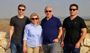 אבנר ויאיר עם ההורים בנימין ושרה נתניהו