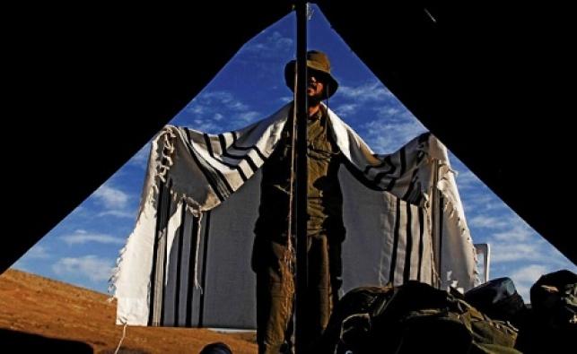 מפקד בכלא 6 הצטלב ליד ארון הקודש בתפילה