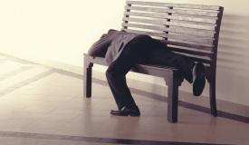 חוקר שאילץ בני זוג לישון על ספסל - ייענש