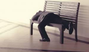 אילוסטרציה - חוקר שאילץ בני זוג לישון על ספסל - ייענש