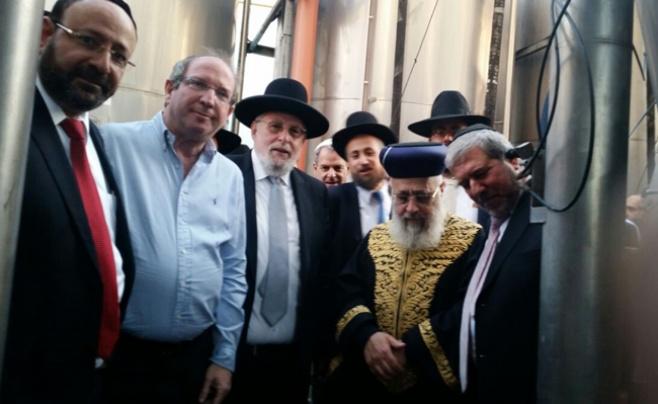 """תמונות: הגר""""י יוסף ביקר במפעל בכשרות 'בית יוסף'"""