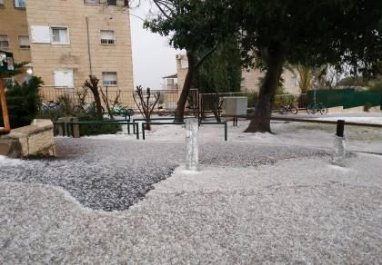 שלג? עדיין לא: הברד יורד ונערם בשכונת רמות בירושלים