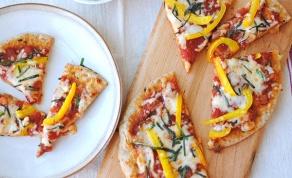 פיצה-פיתה מקמח מלא עם רוטב עגבניות גמיש - פיצה-פיתה עם רוטב עגבניות גמיש שמכינים בצ'יק