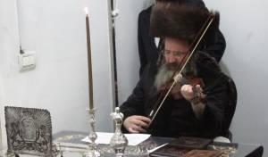 תיעוד: הרבי מזוטשקא אמסנא הדליק נרות וניגן בכינור