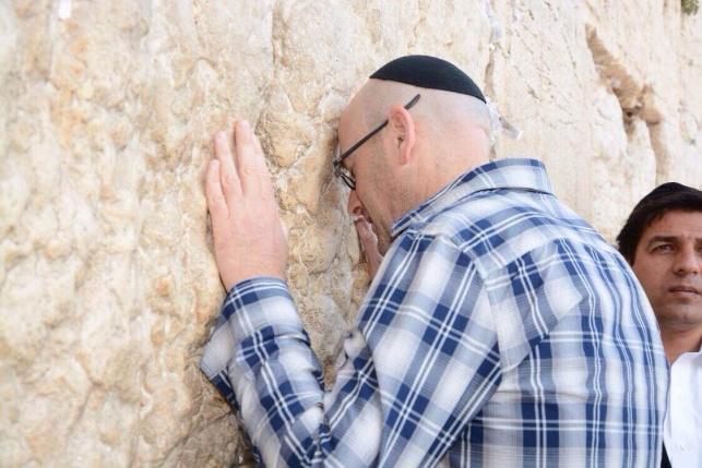 אלעד קופרמן בתפילה ברחבת הכותל המערבי