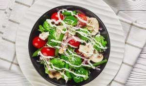סלט ברוקולי עם עגבניות שרי ופטריות