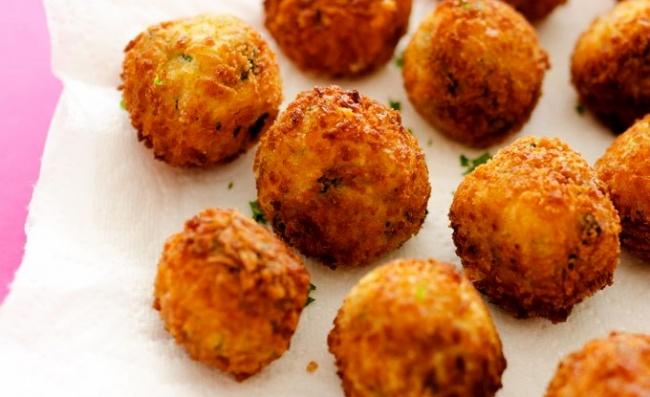 כדורי תפוחי אדמה עם גבינות ותרד בציפוי פריך