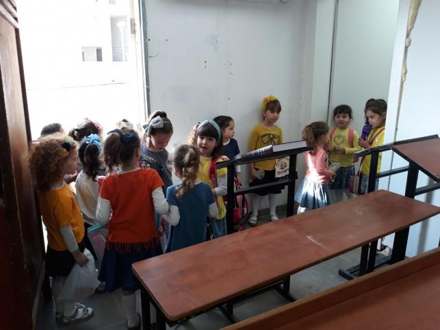 הילדות בבית הכנסת