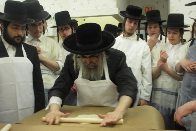 גלריה: הרבי מסאטמר מתכונן לחג הפסח