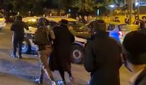 צפו: מעצר מפגין בהפגנות הרכבת בירושלים