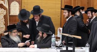"""הרבי מסאטמר (מהרי""""י) עם חברי הוועד"""