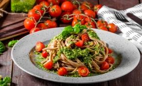 פסטה מחיטה מלאה ברוטב פסטו ומגוון תוספות - פסטה ברוטב פסטו ומגוון תוספות - בריאה יותר