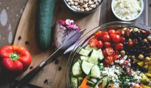סלט עגבניות שרי עם גרגרי חומוס ואבוקדו ברוטב ויניגרט