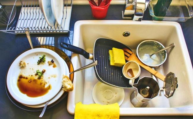 שאני אשפשף? מה פתאום! - צפו: 6 טריקים יעילים לניקוי כלי מטבח עקשניים
