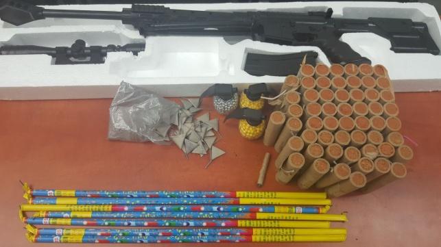 עשרות נפצים וחזיזים נתפסו בבית בבני ברק