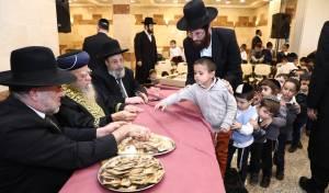 חג החנוכה: הראשון לציון חילק 'מטבע' לילדים