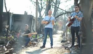 האחים סולומון בסינגל קליפ על ביתם שנשרף