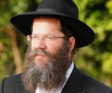 """הרב אשכנזי - רב כפר חב""""ד מחריף את המאבק במתנגדיו"""