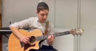 """כוכב הגיטרה הצעיר מרגש: """"והיא שעמדה"""""""