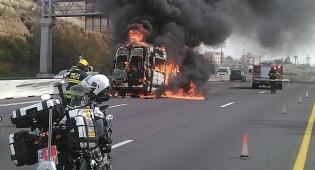 הרכב עולה בלהבות - נס בכביש 1: רכב שהסיע נכים עלה באש