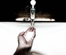 """המתקן המעצבן - """"הסבון הגזעני"""" שלא מנקה יד שחורה • צפו"""