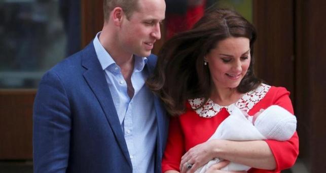 הזוג המאושר עם התינוק החדש