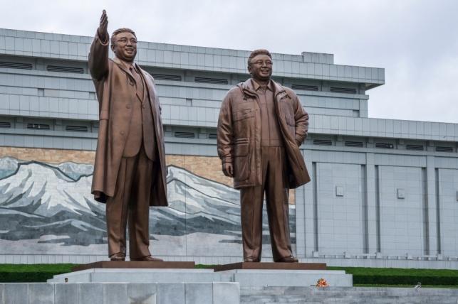 פסלים של קים ואביו בפיונגיאנג