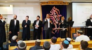 צפו: יוסף חיים שוואקי ו'ידידים' שרים הרב נריה