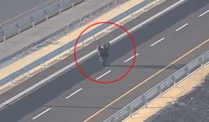 'הרימו גלגל' נגד כיוון התנועה - ונעצרו; צפו