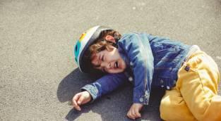 איך להגיב כשילד נופל ולגרום לו לקום מזה
