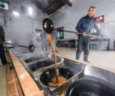 כך מייצרים סוכר חום מסורתי במזרח סין • צפו