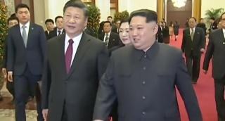 קים ג'ונג און שליט צפון קוריאה בביקורו בסין