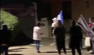 'ביביסטים' הפגינו מול משפחה שכולה • צפו