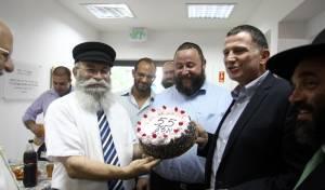 """יו""""ר הכנסת מקבל את עוגת יום ההולדת ה-55"""