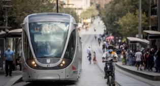 רכבת קלה נוסעת בירושלים. האיץ - ופגע בקשיש