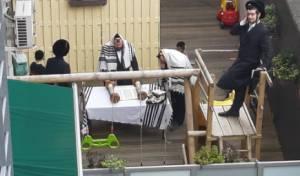מנייני התפילה במרפסות הבניינים בבלגיה כפי ההנחיות