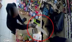 שדד סיגריות וכסף באיומי סכין  - ונעצר • צפו