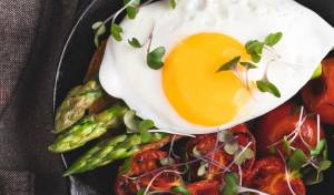 בתבנית אחת: ביצת עין אפויה עם אספרגוס ועגבניות צלויות