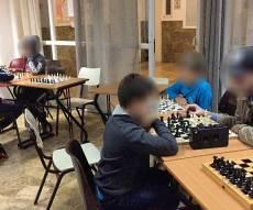 להוציא יקר מזולל. ילדים מאושרים בחוג השחמט של יד לאחים שניצח את החוג המיסיונרי וייתר אותו