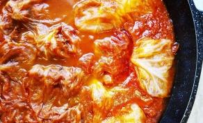 כרוב ממולא בבשר ואורז ברוטב עגבניות