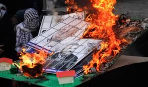 הפלסטינים שרפו תמונות של אהוד ברק וגנץ