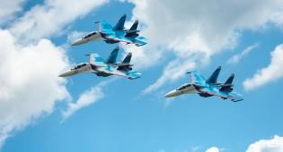 מטוסי סוחוי 27 טסים צמודים, ארכיון - מטוס  רוסי התקרב למטוס אמריקאי - במרחק מטר וחצי