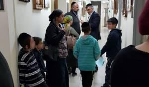 """חלק מהילדים בהפגנה - ילדים הפגינו נגד פרוש; העירייה: """"התססה"""""""
