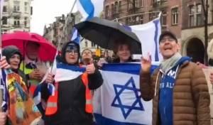 כשישי לפידות הקהיל סביבו תומכים הולנדים